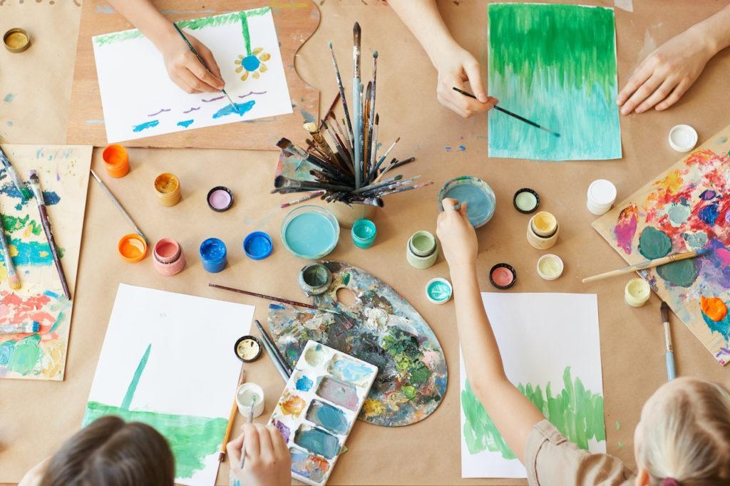 DKSB Mettmann Kinder malen mit Wasserfarben