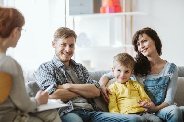 Beratung einer Familie bei Problemen und Sorgen mit Kindern